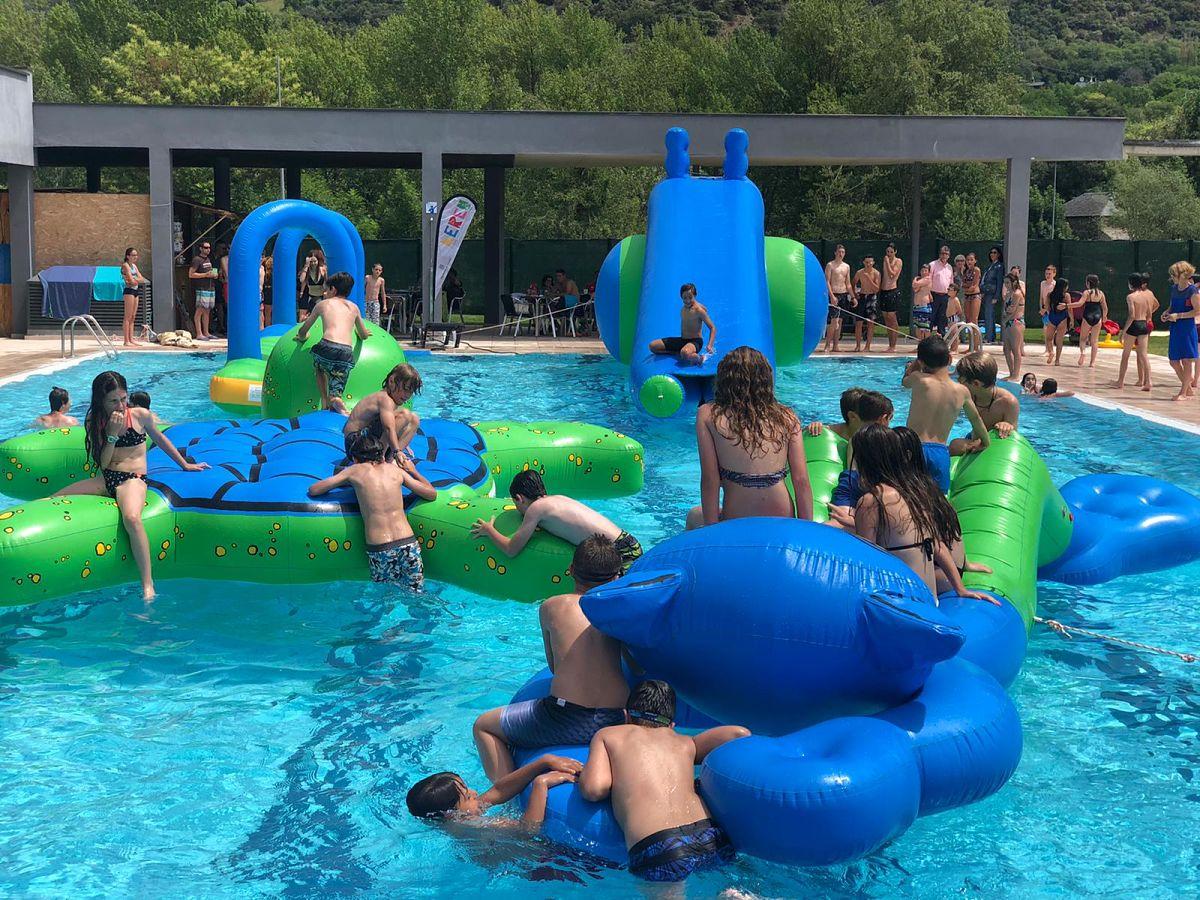 Inflables a la piscina de Sort