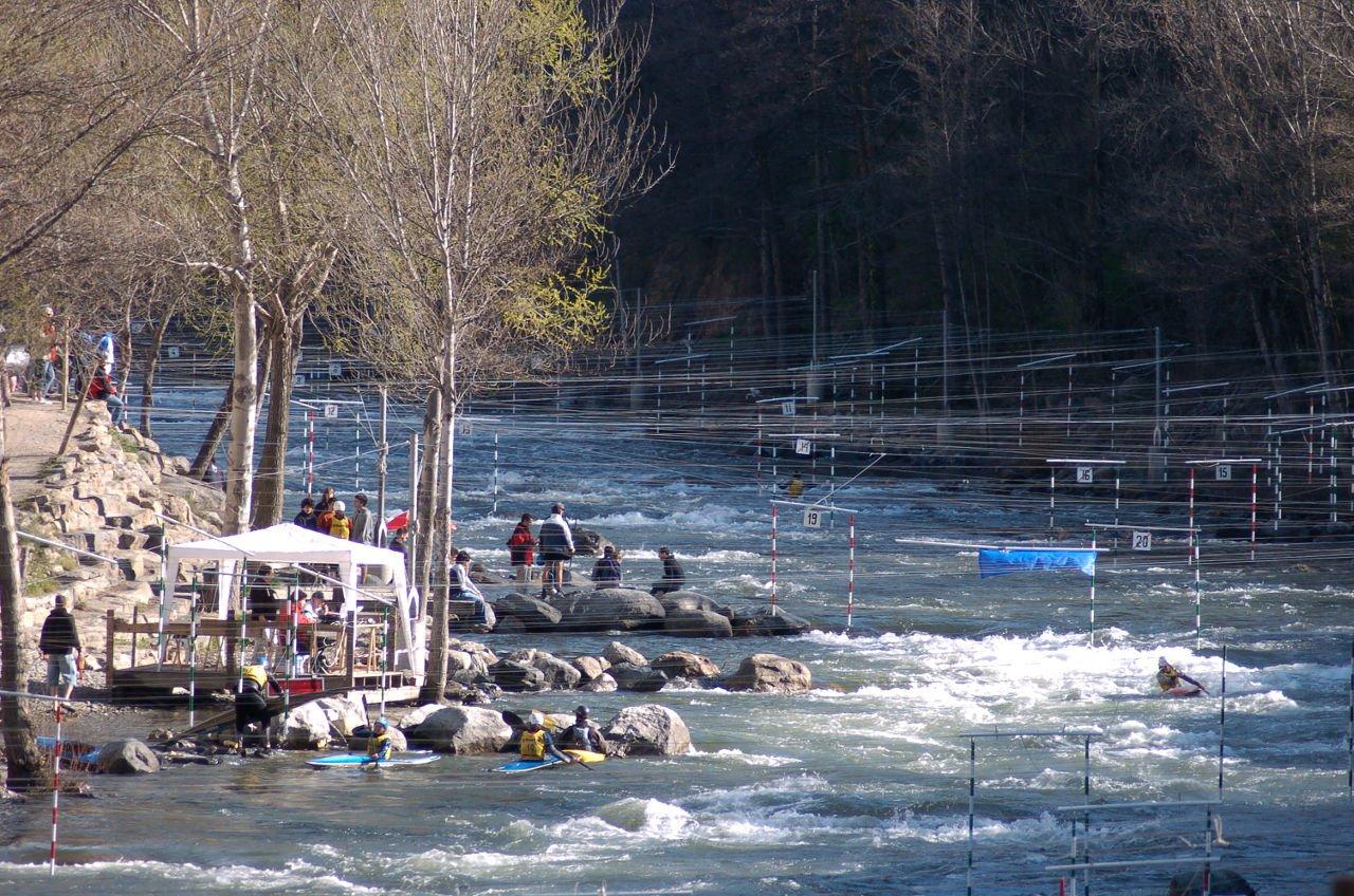 Camp de regates l'Aigüerola de Sort. El riu està ple de portes pels entrenaments i competicions d'eslàlom de piragüisme