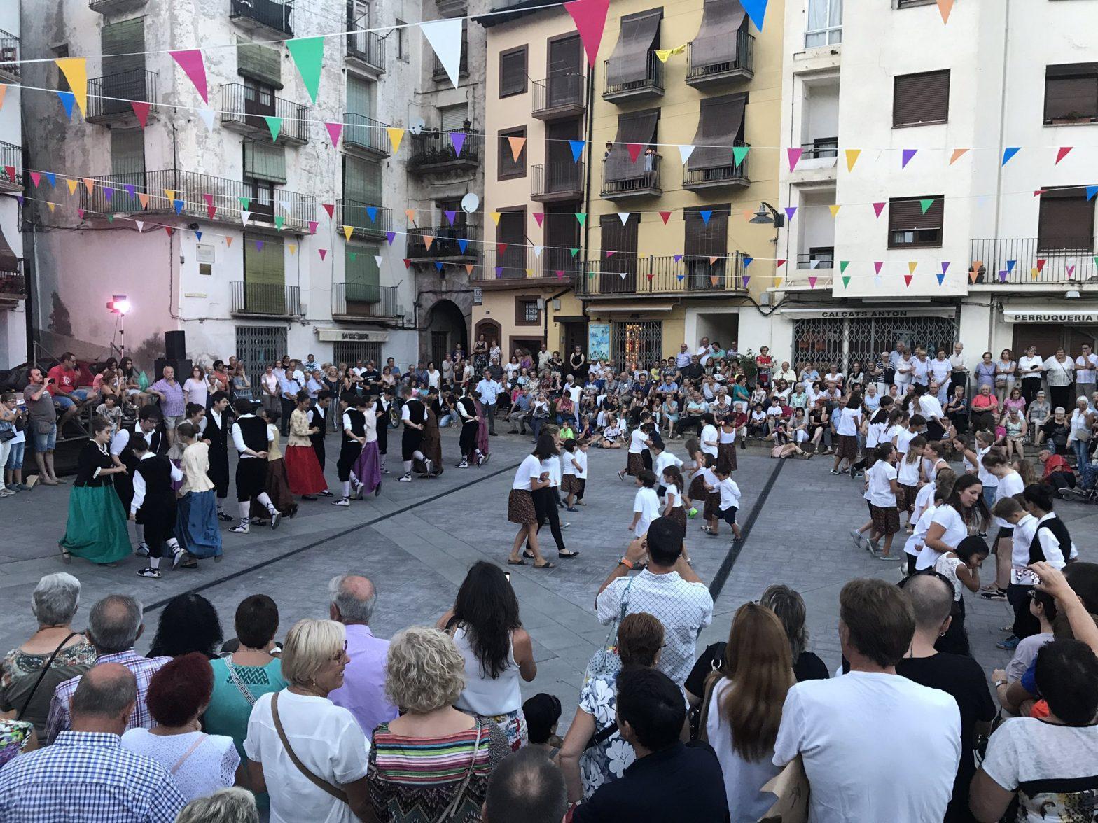 Festa major Sort. Grans i petits ballant Rigodons