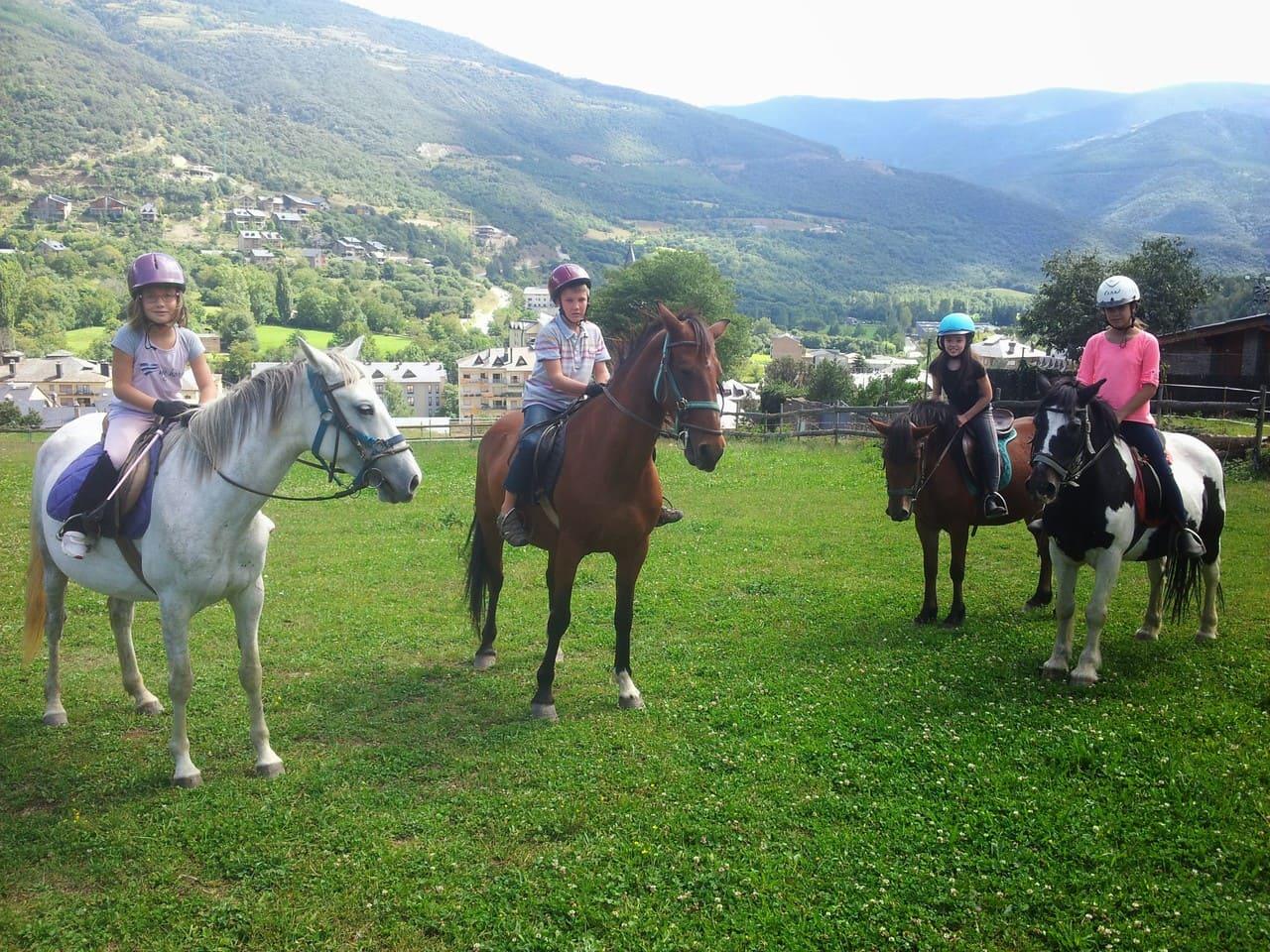 Quatre infants a punt de començar una sortida a cavall