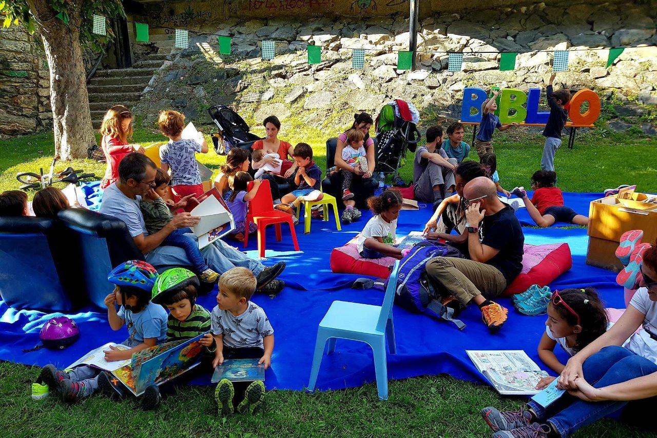 Esapi de lectura al Riuet de Sort durant el Festival Lo Llumener
